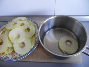 Pasamos ligeramente las manzanas por el almíbar