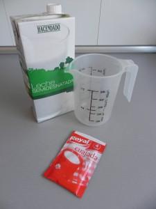 Diluímos un sobre de cuajada en 250 ml. de leche a temperatura ambiente