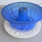 Ponemos un molde de silicona encima de un plato para trasportarlo mejor
