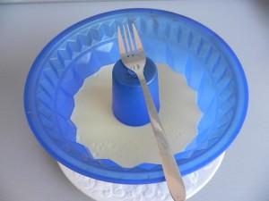 Rallamos el chocolate blanco con un tenedor