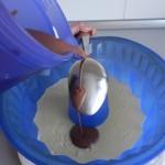 Añadimos el chocolate con leche con cuidado sobre la cuchara