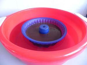 Sumergimos con cuidado el molde en un barreño con agua caliente sin que llegue a los bordes del molde