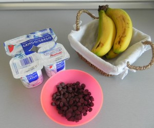 Ingredientes yogurt helado de plátano y pepitas de chocolate