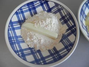 Pasamos los palitos primero por harina