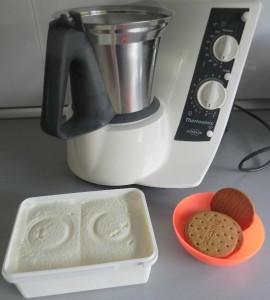 Batimos el helado un poco blando con las galletas