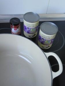 Ponemos la leche de coco con la apsta de curry rojo en una cacerola