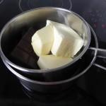Derretimos el chocolate con la mantequilla