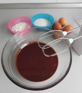 Mezclamos los huevos, la harina y el azúcar con la mezcla del chocolate con la mantequilla