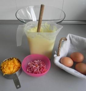 Preparamos la mezcla con el puré, el queso cheddar, y los huevos