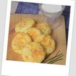 Bolitas de puré de patata con bacon, cebollino y queso (mashed potato puffs)