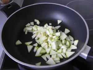 Rehogamos los trocitos de calabacín y de berenjena con un hilito de aceite
