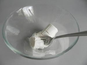 Aplastamos el queso de cabra fresco con un tenedor