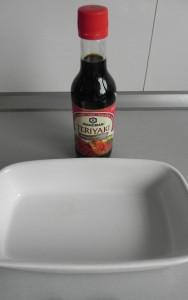 Ponemos salsa terikayi en una fuente
