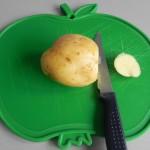 Cortamos la base de la patata