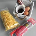 Ingredientes revuelto de morcilla con pasas y piñones sobre patatas paja