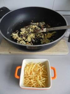 Ponemos patatas paja sobre la base del plato o fuente