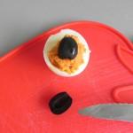 Colocamos una mitad en el centro del huevo
