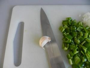 Pelamos y partimos el ajo también en trocitos pequeños