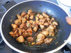 Cuando veamos que el pollo ya está dorado y la soja evaporada, retiramos la sartén del fuego