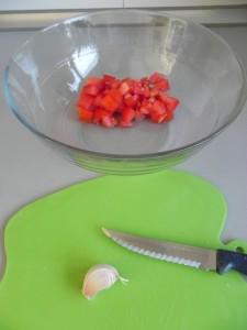 Partimos el ajo en trocitos muy pequeños