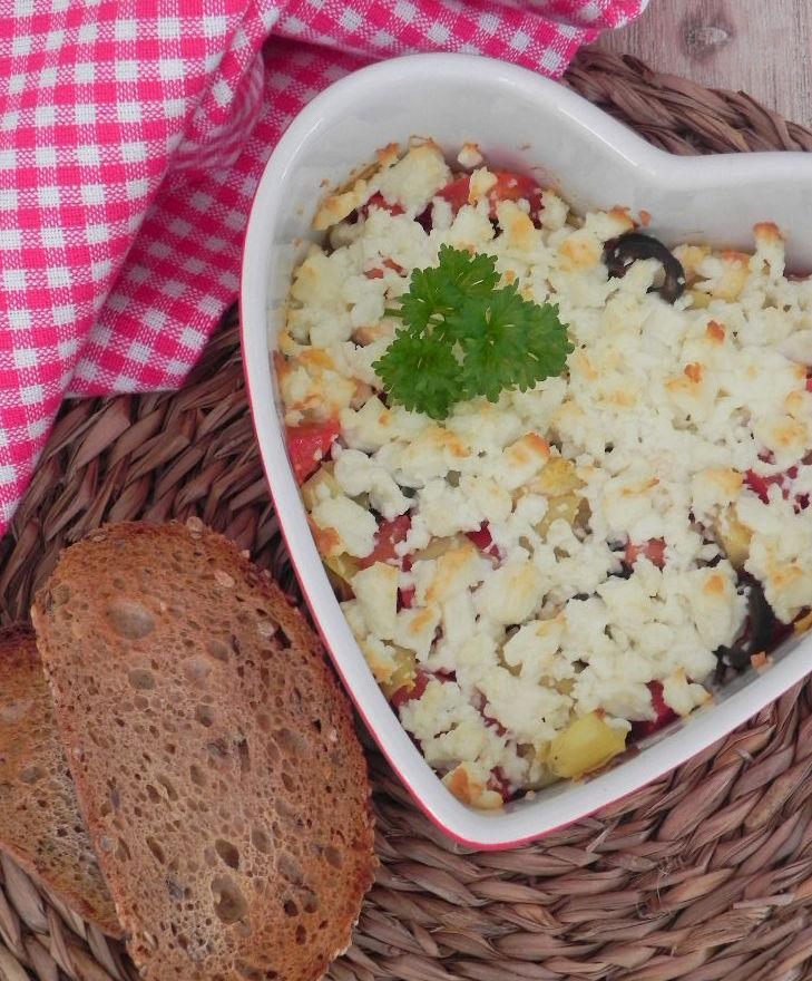 Dip mediterráneo (con queso feta, tomate, aceitunas, ajo y alcachofas)
