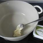 Ponemos a calentar la mantequilla en una cacerola