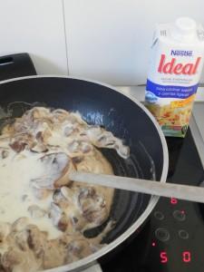 Si la salsa queda muy espesa, podemos añadir un poco de nata líquida,, leche o leche evaporada
