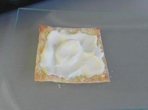 Ponemos un poco de nata sobre la primera capa de wonton