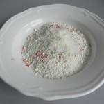 Añadimos a la harina el parmesano rallado, la pimienta de cayena, el pimentón, el ajo y el perejil
