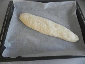 Le damos forma de barra y la ponemos sobre una bandeja de horno