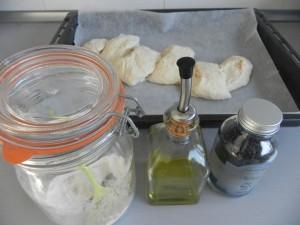 Untamos con aceite y añadinos por encima la sal y la harina