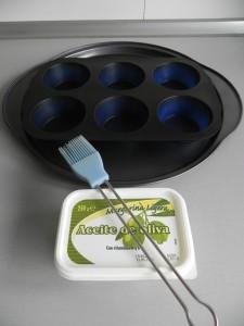 Untamos de mantequilla un molde de muffins