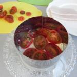 A continuación, ponemos una capa de rodajas de tomate cherry
