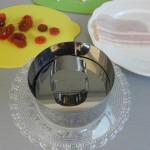 Apretamos un poco con la tapa del molde para que se asienten bien los ingredientes
