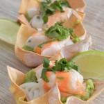 Cestitas de wonton  (con guacamole, cangrejo, langostinos, lima y cilantro)
