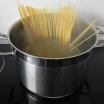 Añadimos los `spaghetti cuando el agua rompa a hervir