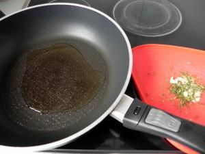 Cuando el aceite esté caliente, añadimos el ajo y el tomillo a la sartén