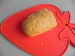 Cortamos con la mano migas grandes de pan de ayer