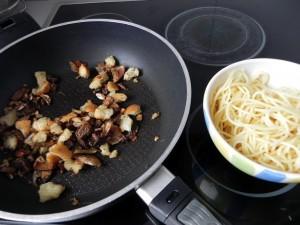 Añadimos la pasta bien escurrida a la sartén