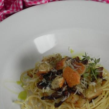 Spaghetti con setas y pan frito