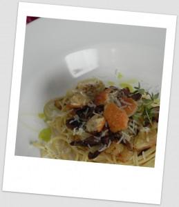 Spaghetti con setas y pan tostado