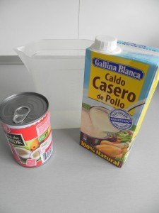 Añadimos el caldo de pollo y la leche de coco