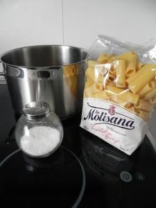 Ponemos a hervir agua con abundante sal, y cuando hierva, añadimos la pasta