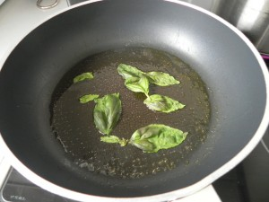 Añadimos las hojas de albahaca a la sartén
