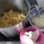 Volvemos a poner la pasta en la cacerola, y añadimos el queso ricotta y el parmesano
