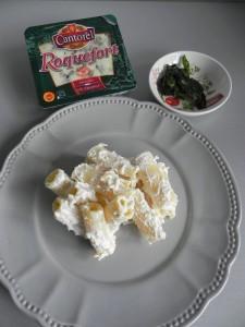 Añadimos pedacitos de roquefort y las hojas de albahaca fritas