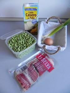 Ingredientes guisantes frescos con crujiente de panceta y huevo escalfado
