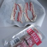 Ponemos las lonchas de panceta sobre una fuente con papel de horno