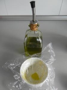 Añadimos unas gotitas de aceite para que el huevo no se pegue dentro y con el dedo untamos los laterales