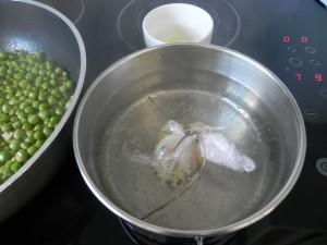 Ponemos agua a hervir, y cuando lo haga, añadimos el paquete de film con el huevo. Debe hervir 3 minutos exactos.